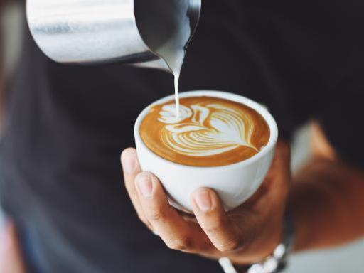 Kaffee Cappuccino von Barista ausgeschenkt
